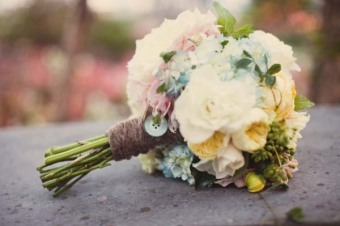 rustic-bridal-bouquet-with-buttons